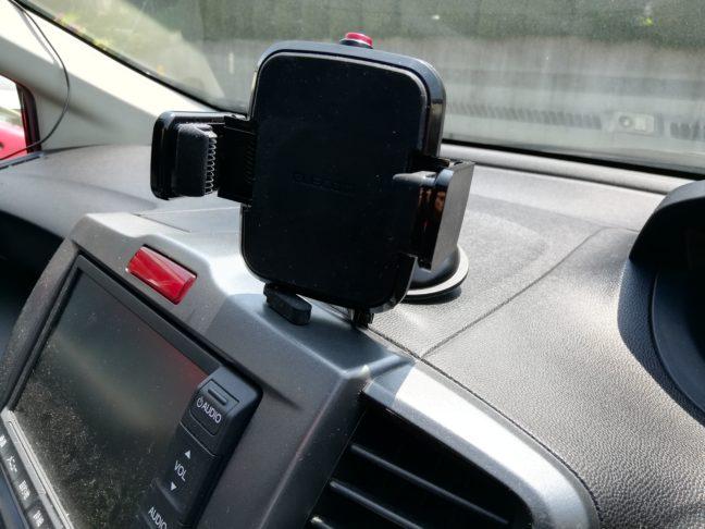 吸盤タイプの車載ホルダーを使用した画像